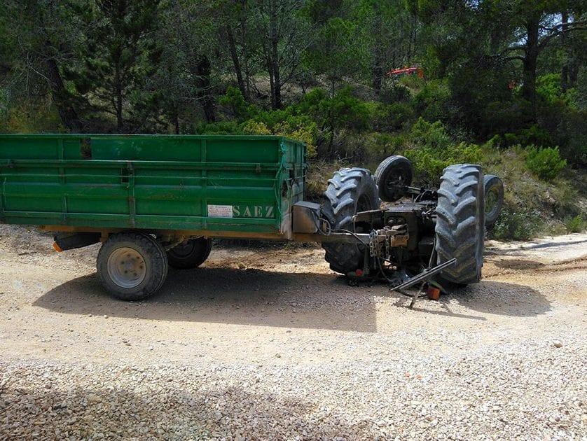 Fallece un hombre al volcar el tractor que conducía en el paraje de la Replana, Solana del Carche