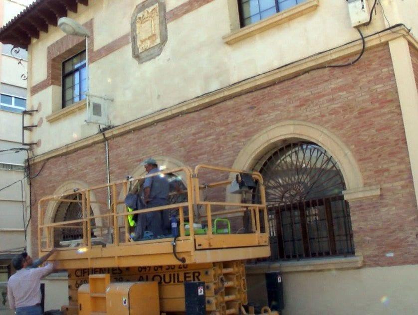 Retiran el escudo franquista de la fachada del Colegio Mariano Suárez