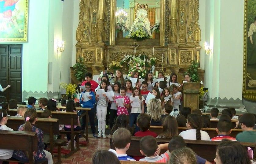 Los escolares del Príncipe Felipe realizan la ofrenda a la  Virgen de la Asunción