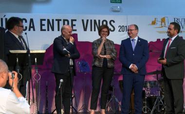 Un emocionado Pedro Piqueras recibe la Insignia de Oro de la Ruta del Vino