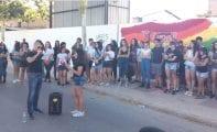 Más de un centenar de jóvenes defienden los derechos del colectivo LGTBI