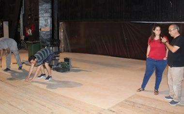 El entarimado del escenario del Vico se está sustituyendo y estará terminados este mes