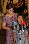 alcaldesa y niño