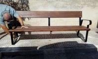 Se sustituyen los bancos de madera de la avenida de Yecla