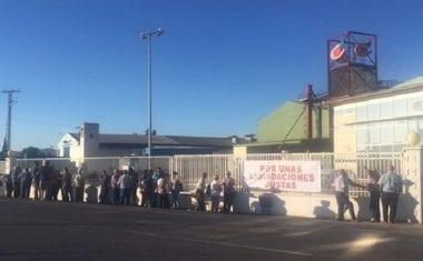 Socios de COATO se concentran ante la Cooperativa exigiendo información sobre el bajo precio al que han cobrado la almendra