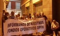 Los socios de COATO concentrados ante la cooperativa también permanecieron toda la noche a las puertas de las instalaciones