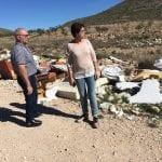 El Ayuntamiento limpia los vertederos incontrolados del camino de La Perlita y el Barranco de Villena