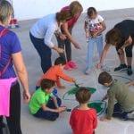 Alumnos, padres y profesores pintan juegos infantiles en el Colegio Miguel Hernández