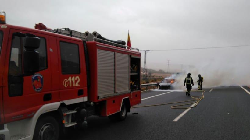 Los bomberos apagan un incendio de un vehículo en la autovía