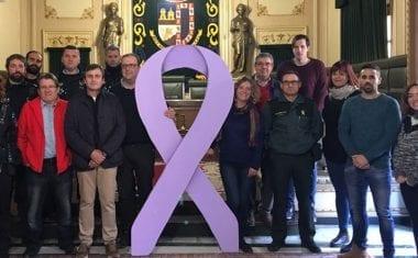 Comienza la semana de actos contra la violencia de género con la colocación en el balcón del Ayuntamiento del lazo morado
