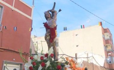 Los vecinos de la calle Calvario y adyacentes rinden homenaje a su patrón San Sebastián