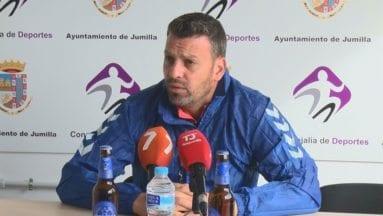 el entrenador del futbol club jumilla en rueda de prensa