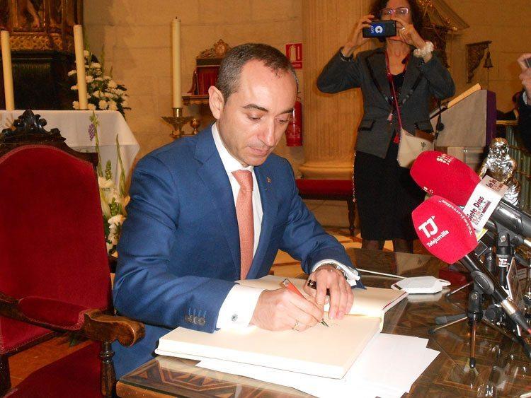 pregonero-firma-libro-honor-semana-santa-jumilla