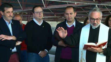 Capellán de la Cofradía de la Vera Cruz bendice el vino