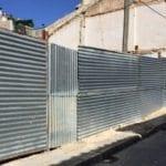 El Ayuntamiento retira una valla que invadía una acera de la calle Pasos