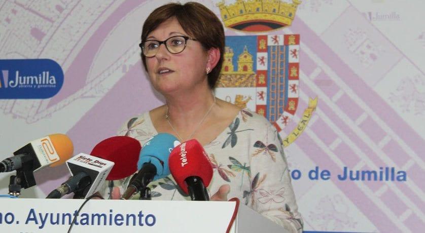 La alcaldesa asegura que no queda más remedido que recurrir a contratos para el mantenimiento de los jardines