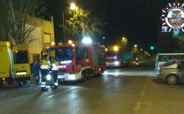 Sanitarios tienen que atender a los vecinos de un edificio tras producirse un incendio