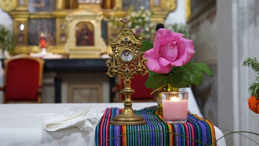 Más de un centenar de fieles participaron en la Vigilia de San Pascual