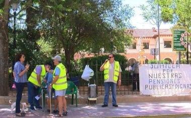 La Plataforma de Pensionistas de Jumilla llevó a cabo una recogida de firmas contra el 'medicamentazo'