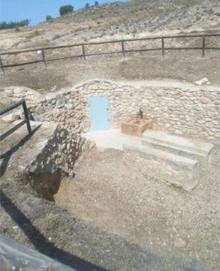 Puerta-que-da-acceso-al-nacimiento-de-agua