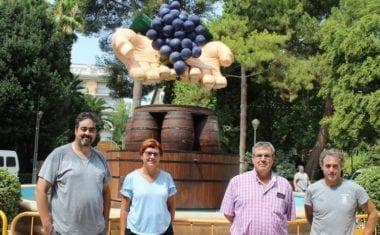 Esta noche se inaugura la Fuente del Vino 2018 que representa unas manos sacando el grado de la uva por el sistema tradicional