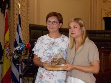 alcaldesa-jumilla-entrega-recuerdo-a-pregonera-fiesta-vendimia