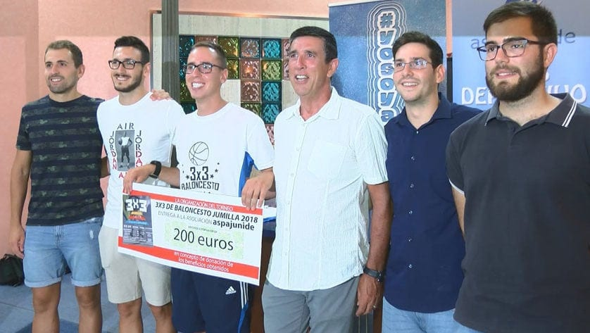 El Club Deportivo Aspajunide recibe un donativo por parte de la organización del Torneo 3×3 de baloncesto