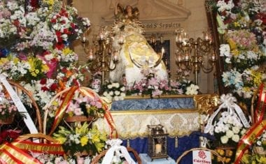 La Patrona ya está en la Iglesia Mayor de Santiago donde ayer recibió la Ofrenda de Flores