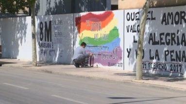 Operarios del Ayuntamiento repintando los murales