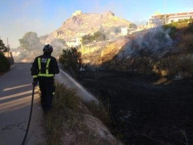 bombero-extinguiendo-incendio-rambla-jumilla
