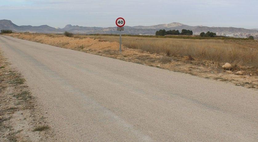 La alcaldesa pide al consejero de Agricultura que se agilicen los arreglos de caminos aprobados hace más de un año