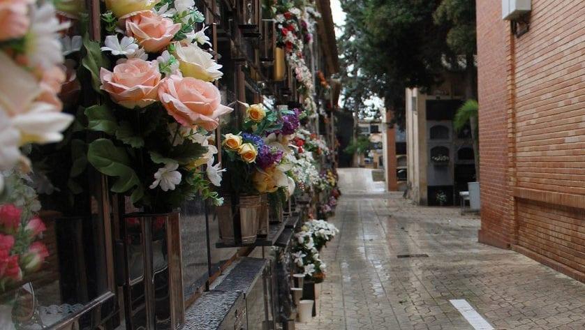 Para la festividad de Todos los Santos el Ayuntamiento lleva a cabo varias reformas en el Cementerio