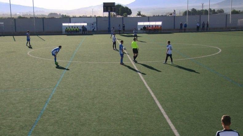 El partido se celebró en el campo de césped artificial
