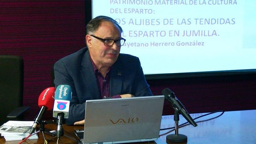 Cayetano Herrero presentó el viernes su libro 'Las tendidas del esparto en Jumilla'