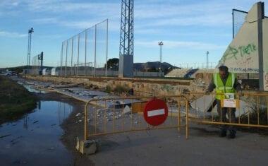 El viento derriba 116 metros de muro del campo de fútbol Antonio Ibáñez