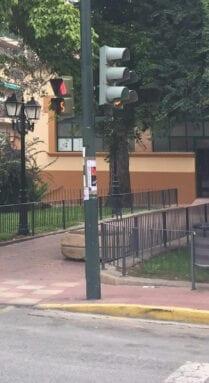 En la avenida de la Asunción con Reyes Católicos se han incorporado más semáforos de protección de peatones, así como reubicado algunos elementos a lugares para eliminar obstáculos en las aceras