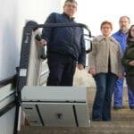 El Ayuntamiento instala una plataforma salvaescaleras para mejorar la accesibilidad del Cementerio
