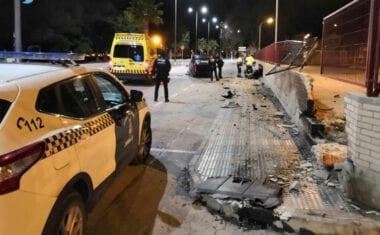 Detenido un hombre que conducía ebrio y empotró su vehículo contra la Estación de Autobuses