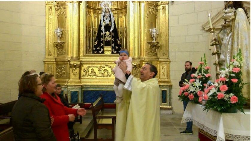 Una docena de niños fueron presentados a la Virgen de la Candelaria