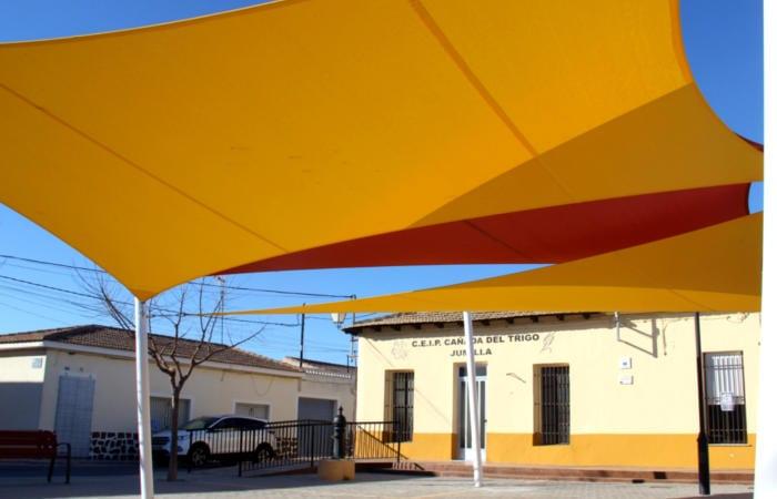 El Ayuntamiento instala un sombraje en la Plaza de las Escuelas de Cañada del Trigo