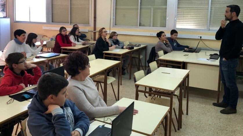 El IES Infanta Elena realizó un taller de Competencia digital en familia