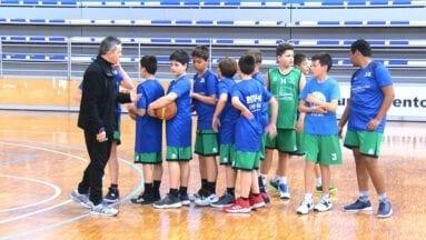 Equipo de minibasket de la Escuela Municipal durante el calentamiento previo al partido