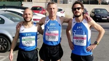 Los tres atletas veteranos del Athletic Club Vinos DOP Jumilla en Elche