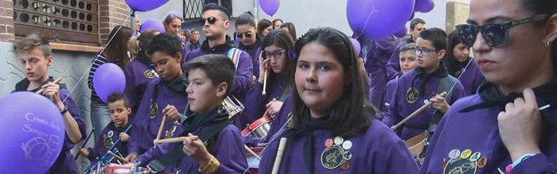Cientos de niños participan con sus tambores