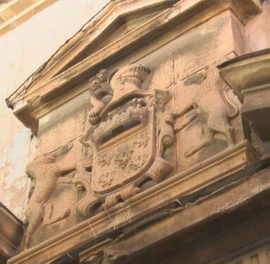 Detalle del escudo que preside en la fachada