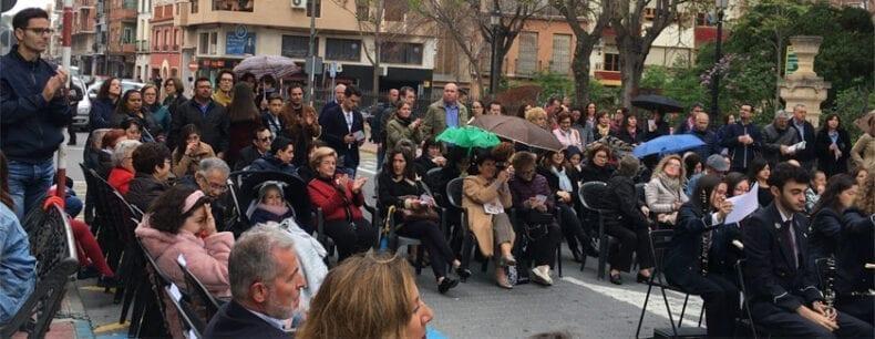 Durante el concierto de Jueves Santo se abren los primeros paraguas