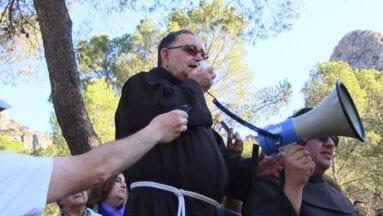 El Padre Francisco Oliver despide al Cristo Amarrado a la Columna