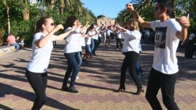 Miembros de Coros y Danzas bailando en el Paseo