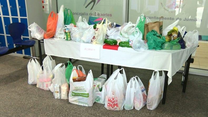Alimentos donados por los nadadores a Cruz Roja Jumilla