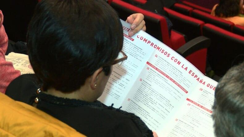 Asistente con el programa electoral del PSOE para las nacionales del 28 de abril
